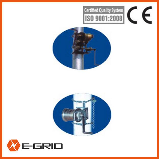 Manual crank winch